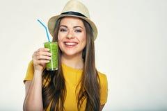 Шляпа женщины нося держа smoothie стеклянный Стоковая Фотография