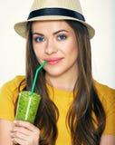 Шляпа женщины нося держа smoothie стеклянный Стоковое Фото