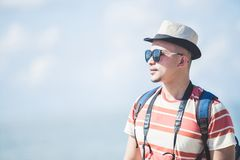 Шляпа и солнечные очки лета сольного путешественника нося во время каникул стоковое фото rf