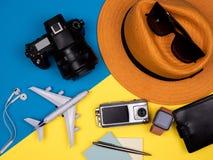 Шляпа, камера, солнечные очки, самолет игрушки, наушники, вахта, бумажник, ручка и камера действия стоковые фотографии rf