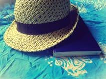 Шляпа, книга и шарф girly аксессуар стоковая фотография