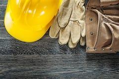 Шляпа кожаных перчаток безопасности пояса инструмента трудная на черной доске Стоковые Изображения