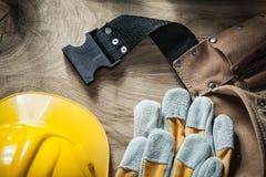 Шляпа кожаных перчаток безопасности пояса конструкции трудная на деревянной доске Стоковое Изображение RF