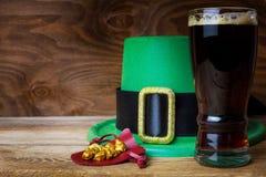 Шляпа лепрекона зеленого цвета дня St. Patrick и большое стекло пива Стоковые Фотографии RF