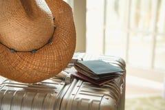 Шляпа лета, портмоне и паспорт на серебряном чемодане, конец вверх, выборочный фокус с космосом экземпляра Перемещение, каникулы, стоковые изображения