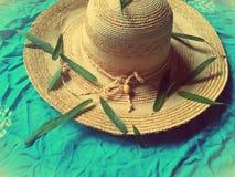 Шляпа, листья и шарф girly аксессуар стоковая фотография