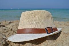 Шляпа на песке на пляже близрасположенном Палермо стоковая фотография