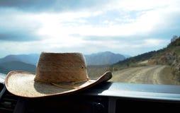 Шляпа на приборной панели внутри автомобиля стоковое фото rf