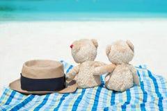 Шляпа Панамы и 2 плюшевого медвежонка сидя вид на море Влюбленность и relati Стоковое Изображение