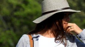 Шляпа предназначенной для подростков девушки нося сток-видео