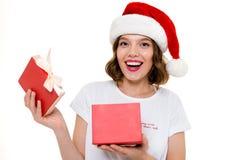 Шляпа рождества счастливой кавказской дамы нося Стоковые Фотографии RF