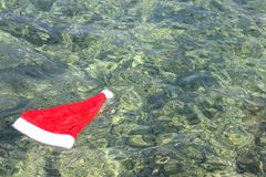 Шляпа Санта Клауса в тропическом море Стоковое Фото