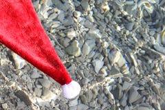 Шляпа Санта Клауса в тропическом море Стоковая Фотография RF