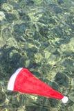 Шляпа Санта Клауса в тропическом море Стоковая Фотография