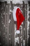 Шляпа Санта Клауса на деревянной предпосылке стоковая фотография