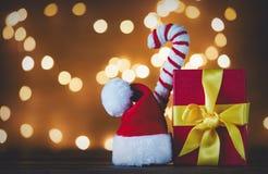 Шляпа Санта Клауса с светами конуса и рождества конфеты Стоковое Изображение RF
