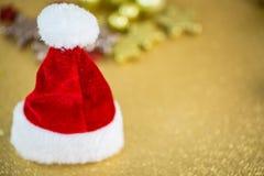 Шляпа Санты на предпосылке золота Стоковое Фото