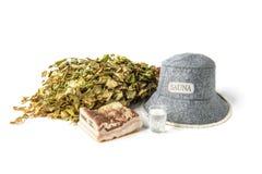 Шляпа сауны, веник, сало свинины соли и водка изолированные на белой предпосылке стоковая фотография rf