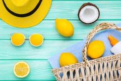 Шляпа, солнечные очки с плодами и солнцезащитный крем стоковые фото