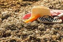 Шляпа Солнца и темповые сальто сальто на каменном пляже стоковое фото rf