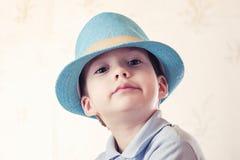 Шляпа студии ребенка мальчика ребенк мило стоковое изображение