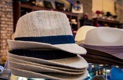 Шляпы для продажи на магазине стоковые фото