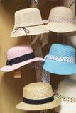 Шляпы для продажи на рынке стоковое изображение