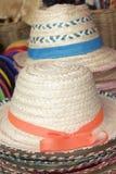 Шляпы для продажи на рынке стоковые фото