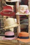 Шляпы для продажи на рынке стоковое фото