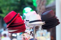 Шляпы лета для продажи на рынке Стоковое Фото