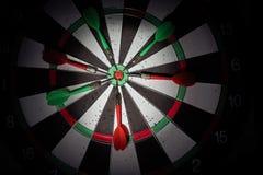 Шмыгает стрелки в центре цели Умная установка цели, удар дротика Стоковая Фотография RF
