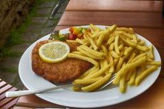 Шницель сосиски, который служат на немецком ресторане Стоковое Изображение RF