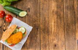 Шницель цыпленка на плюшке & x28; селективное focus& x29; Стоковые Фотографии RF