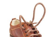 Шнурки на крупном плане ботинка коричневых людей во время шнуровки Стоковая Фотография