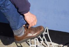 шнурки обувают связывать стоковые фото