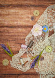Шнурок и поток на деревянной предпосылке Стоковые Фото