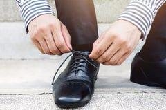 Шнурок связи бизнесмена, получает готовым для новой концепции возможности, l Стоковое Изображение RF
