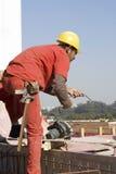 шнур конструкции вытягивает работника стоковая фотография