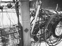 Шнур питания на опоре линии электропередач стоковые фото