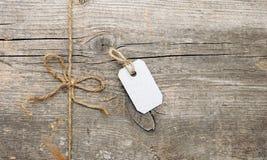 Шнур связанный в прикрепленном ярлыке смычка и адреса стоковая фотография rf