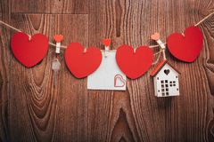 Шнур сердец ` s валентинки влюбленности холстинки естественный и красные зажимы вися на деревенском driftwood текстурируют предпо Стоковые Фото