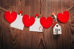 Шнур сердец ` s валентинки влюбленности холстинки естественный и красные зажимы вися на деревенском driftwood текстурируют предпо Стоковые Изображения