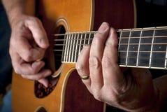 Шнур штанги сыгран на деревянной акустической гитаре стоковое фото