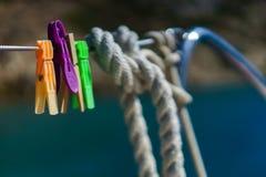 Шнур яхты стальной со струбцинами прачечной стоковое изображение