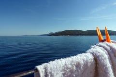 Шнур яхты стальной со струбцинами прачечной стоковые изображения rf
