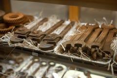Шоколадные батончики с формой инструментов мастерской Сортированный магазин конфеты шоколада магазин-окно кондитерскаи Вкусная по стоковые изображения