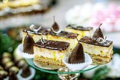 Шоколадные торты и куски пирога на стеклянном подносе Еда концепции стоковое фото rf