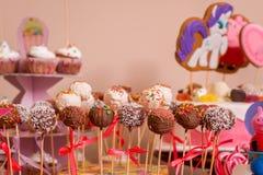Шоколадный батончик на дне рождения ` s детей маленькая девочка в цвете p торжества оформления пирожного печенья залы банкета рес стоковая фотография rf