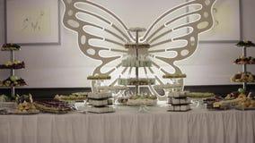 Шоколадный батончик на свадьбе в ресторане сток-видео