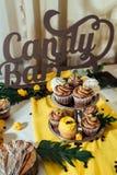 Шоколадный батончик праздника Шоколадный батончик служил с пирожными с сливк шоколада и лимона стоковая фотография rf